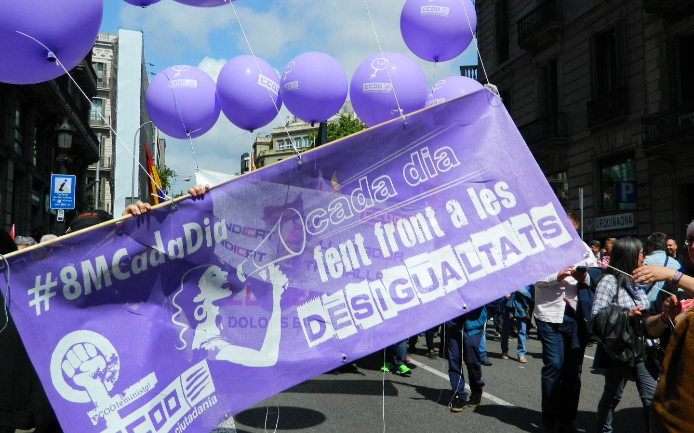 Manifestació amb pancarta per fer front a les desigualtats