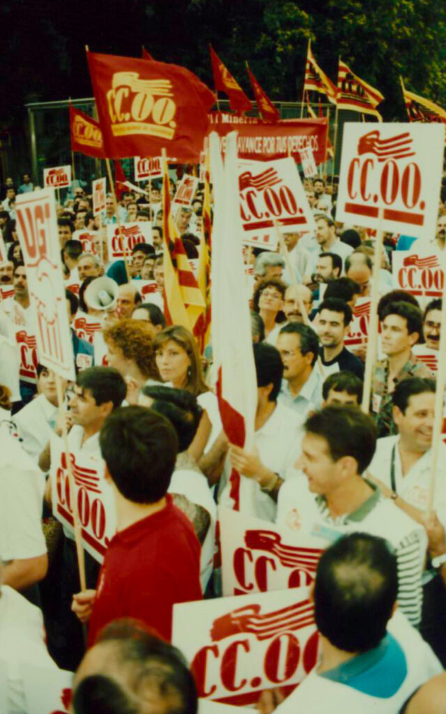Manifestació amb banderes de CCOO
