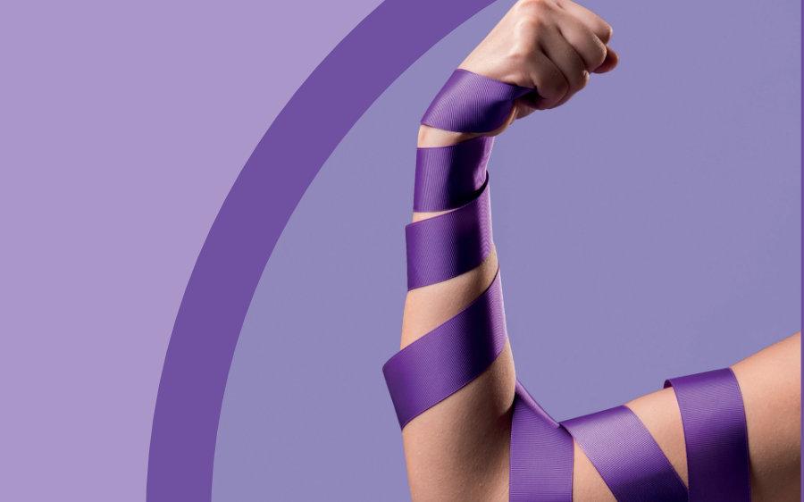 Braç d'una dona amb una cinta lila