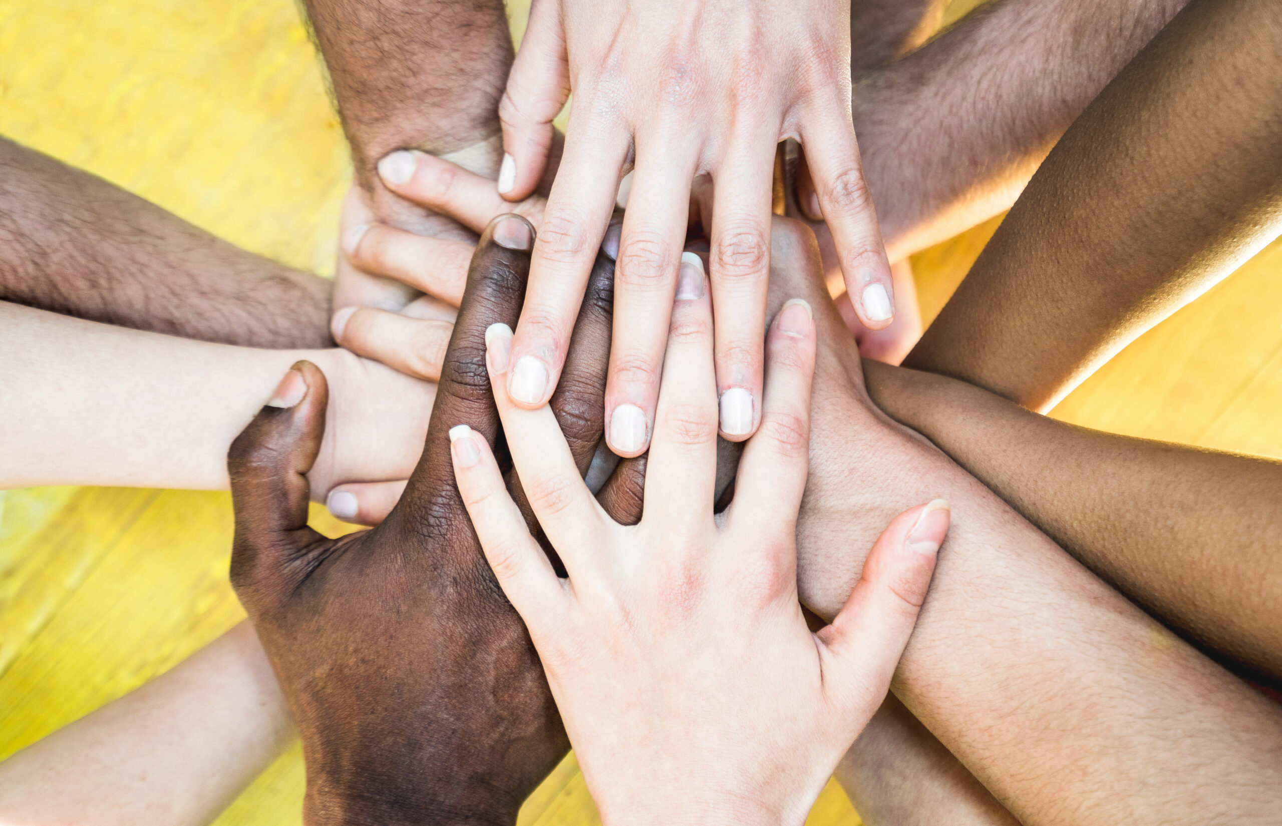 Mans de persones de diferents races