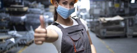 Noia amb casc i mascareta. Prevenció de riscos.