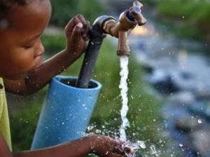 transparencia nena negra aigua