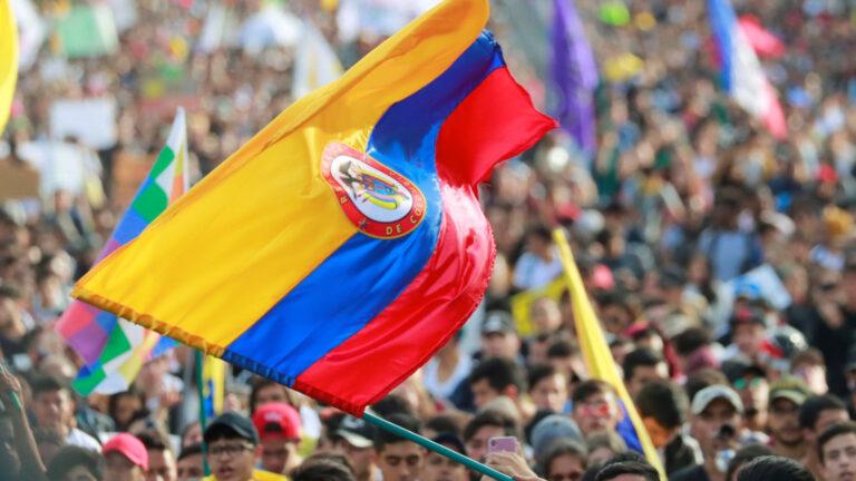 Bandera de Colòmbia en una manifestació