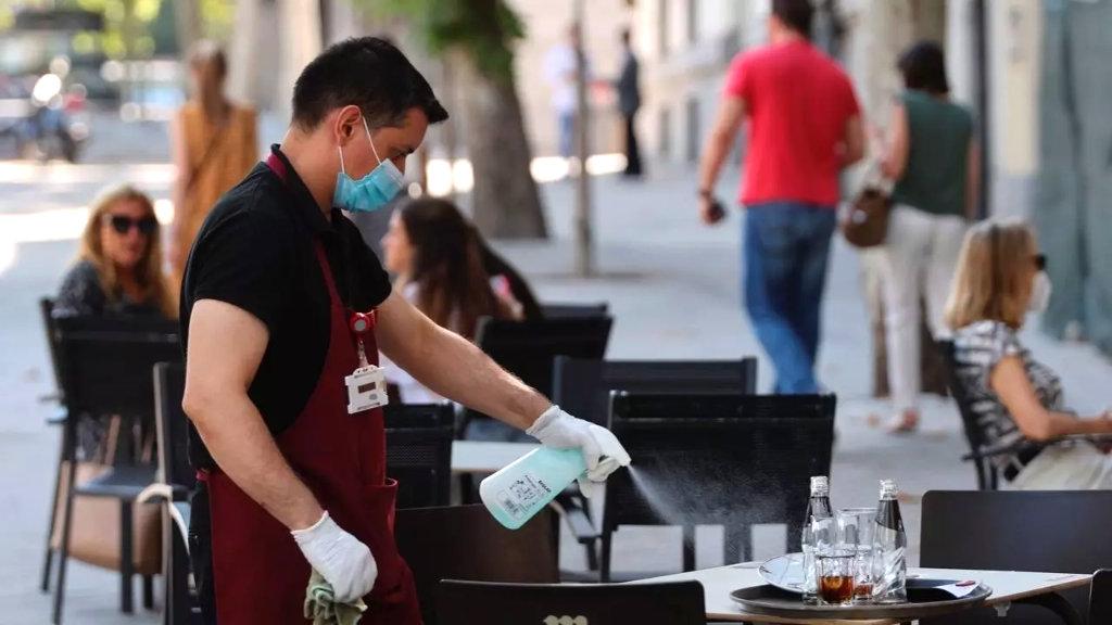 Cambrer desinfectant taules durant la Covid-19