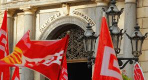 Banderes de CCOO davant el Palau de la Generalitat