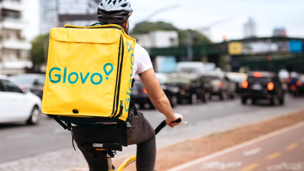 Repartidor de l'empresa Glovo en bicicleta. Rider