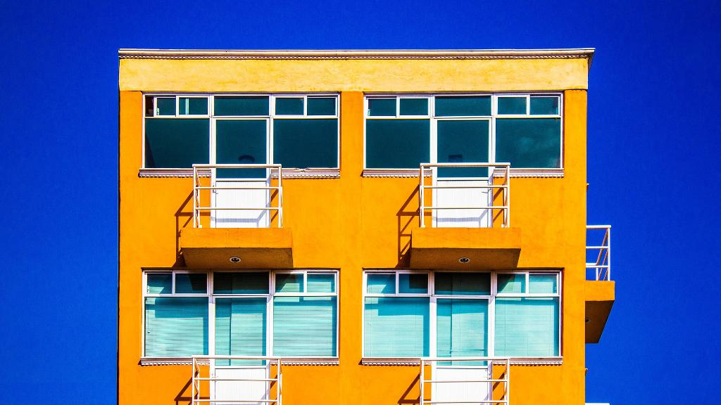 Habitatge taronja amb cel blau
